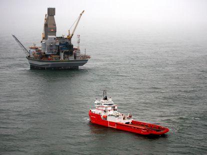 Un carguero frente a una plataforma petrolera cerca de la isla de Sakhalin (Rusia).