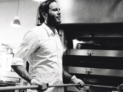 Chad Robertson hornea su pan rústico, como el que aparece en la doble página siguiente.