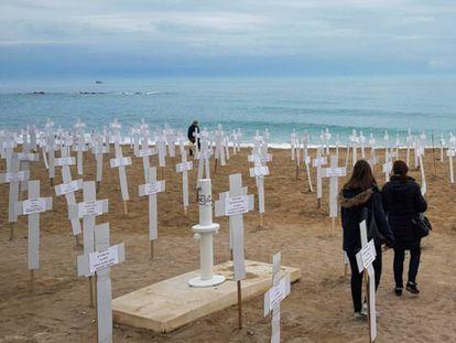 Cruces que representan a las mujeres asesinadas por violencia machista, expuestas el pasado 8 de marzo en Vinarós.