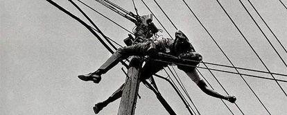 Fotografía, realizada por Metinides en 1958, que muestra el cadáver carbonizado de un empleado de Teléfonos de México electrocutado