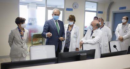 El entonces consejero de Sanidad en funciones, Enrique Ruiz Escudero, durante la visita a la Unidad de Hospitalización de Psiquiatría Infanto-Juvenil en el 12 de Octubre, el pasado 19 de mayo.