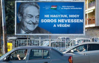 Un cartel en Szekesfehervar, parte de la campaña del Gobierno húngaro contra Soros y la acogida de migrantes.