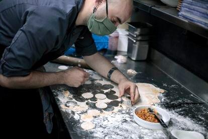 El cocinero Borja Merino prepara los 'manolinis'.