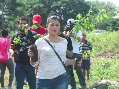 Un grupo de voluntarios participa en una campaña de reforestación en el municipio de Tisma, departamento de Masaya (Nicaragua).