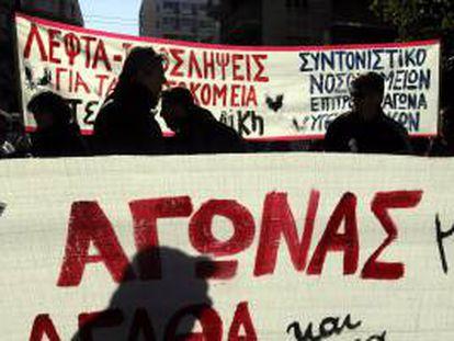 Varios doctores y personal sanitario muestran pancartas en una manifestación en Atenas (Grecia). EFE/Archivo
