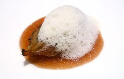 Cebolla con pasta se soja y 'kimchi' emulsionado, plato del chef Sang Hoon Degeimbre.