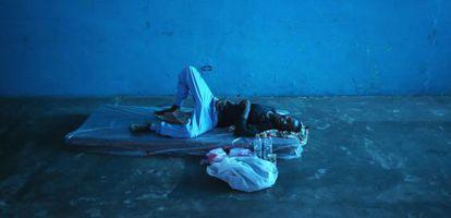 Un hombre yace en un nuevo centro de aislamiento para enfermos de ébola en Monrovia.