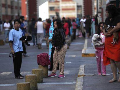 Ciudadanos en las calles de la capital este sábado.