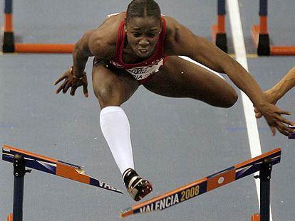 Josephine Onyia, en el momento de romper la valla en la final.