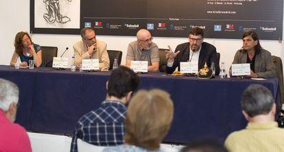 De izquierda a derecha, Berna González Harbour, Eduardo González Calleja, Ricardo Artola, Guillermo Altares y Jacinto Antón, en la mesa de Babelia