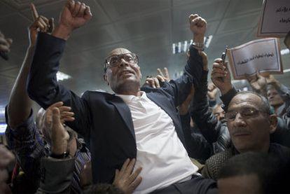 El líder opositor tunecino Moncef Markouzi, recibido por sus seguidores tras aterrizar ayer en el aeropuerto de Túnez capital.
