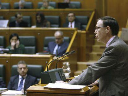 El consejero de Hacienda, Ricardo Gatzagaetxebarria, interviene en el pleno.