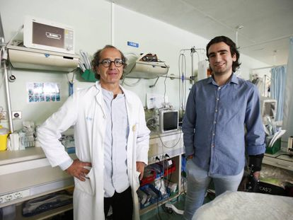 El médico Mario Chico con Ángel Zaragoza en la UCI de Traumatología de Urgencias del hospital 12 de octubre de Madrid el 26 de abril.