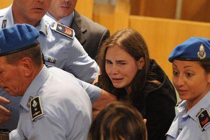 Amanda Knox abandona entre lágrimas la sala del juzgado de Perugia que la declaró inocente, justo después de saber que era libre.