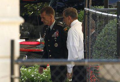 El general Stanley McChrystal a su llegada a la Casa Blanca para presentar su dimisión