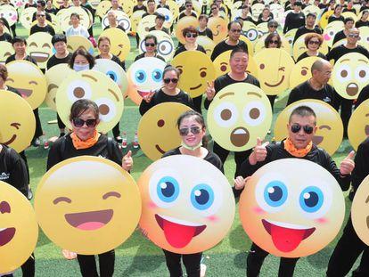 Participantes del récord del mundo de más gente vestida con 'emojis' en Fuyang (China), en mayo de 2018.