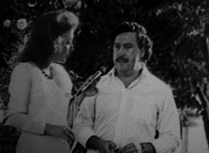 Imagen de televisión en la que Vallejo entrevista a Escobar en Medellín, en 1983.