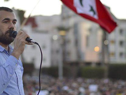 El lider de las protestas rifeñas, Naser Zafzafi, arenga a una manifestación.