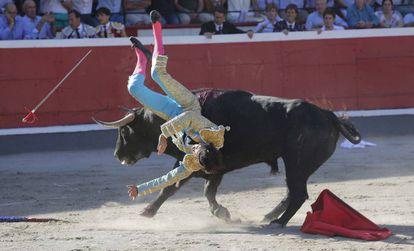 Un momento de la espectacular voltereta sufrido por Curro Díaz en su primer toro..