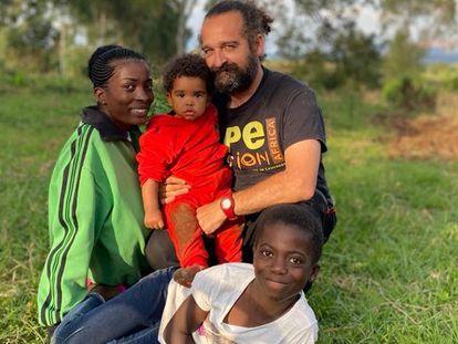 El veterinario Luis flores Girón con su familia en la República Democrática del Congo.