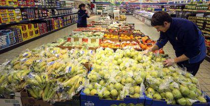 Reponedores de mercancías en un supermercado Lidl de Madrid.