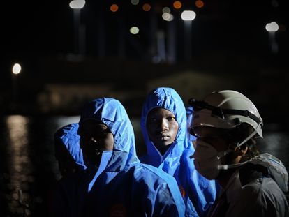 Un grupo de migrantes rescatados desembarcan en el puerto de Málaga el pasado 15 de abril.
