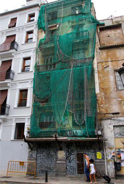 Edificio por rehabilitar en la plaza del Doctor Collado.