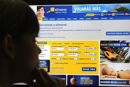 Una usuaria de Internet consulta la página de eDreams.