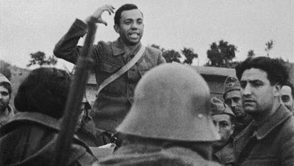 Miguel Hernández en el frente durante la Guerra Civil en 1936.