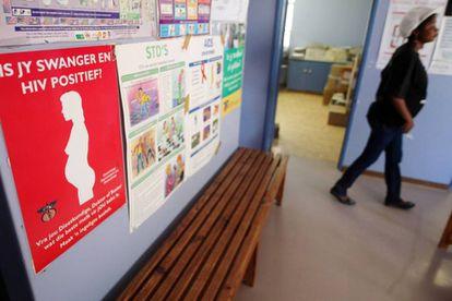 Una señal informativa sobre VIH en una clínica de Ciudad del Cabo.