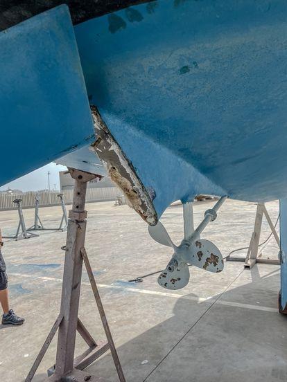 Desperfectos en un velero en el puerto de Barbate (Cádiz).