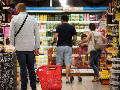 Clientes en un supermercado en las afueras de Santiago de Compostela ( A Coruña). En vídeo, el gasto medio de los hogares sube un 2,3% el año pasado.