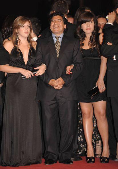 Diego Armando Maradona con sus hijas Dalma Nerea y Giannina Dinorah, en el Festival de Cine de Cannes, en 2008.