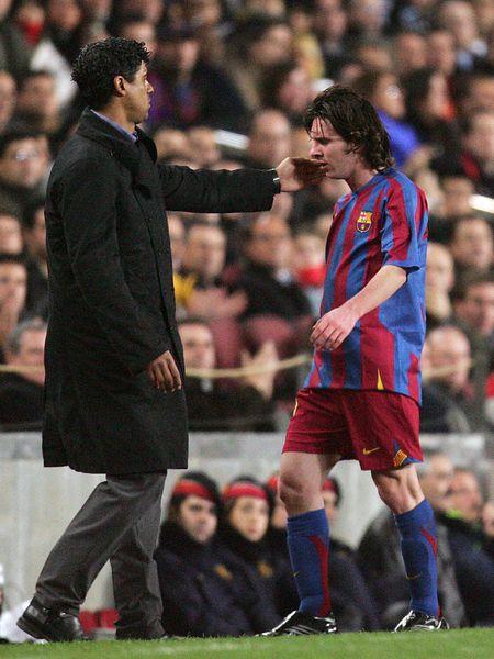 Frank Rijkaard consuela a Leo Messi en el partido de Champions contra el Chelsea de 2006.