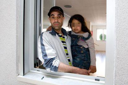 Rafik y su familia, en la imagen con su hija Jihan, vivirán en un piso del bloque ocupado por la PAH en Sabadell.