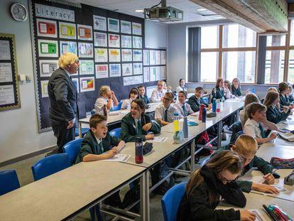 El primer ministro británico, Boris Johnson, visita una escuela en Castle Rock (Inglaterra), este miércoles.