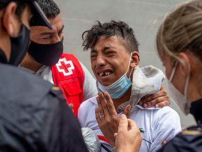 Un menor marroquí atendido en Ceuta por la Policía y la Cruz Roja llora este viernes por el temor a ser devuelto a su país.
