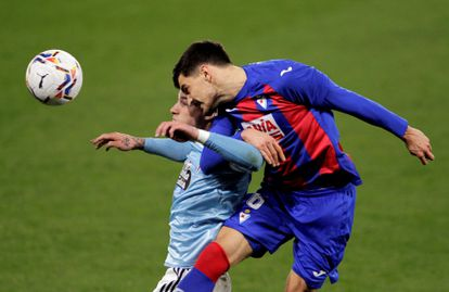 Hugo Mayo y Sergio Álvarez pugnan por un balón