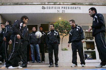 Los jugadores del Jerez Industrial se entrenan, como protesta, ante la casa del vicepresidente.
