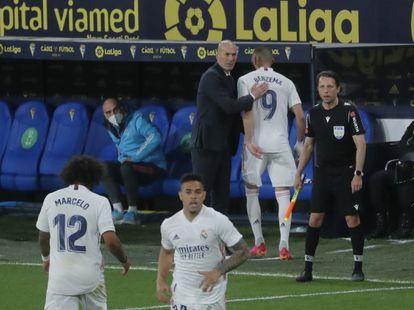 Zidane felicita a Benzema tras ser sustituido por Mariano
