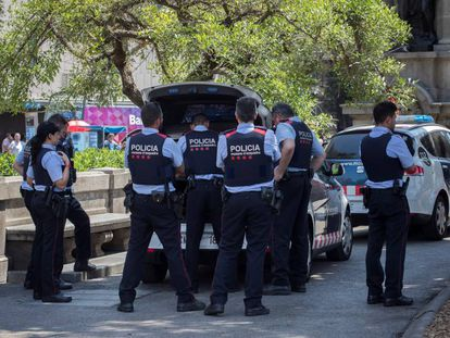 Agentes de los Mossos d'Esquadra, este martes, en la plaza de Cataluña de Barcelona.