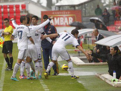 Los jugadores del Castilla dedican un gol a Toril.
