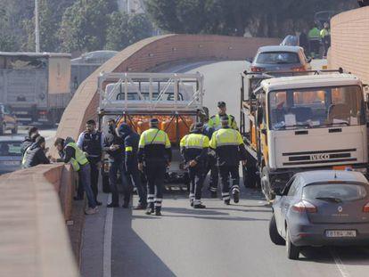 El conductor del camión de butano (derecha) ha sido detenido.