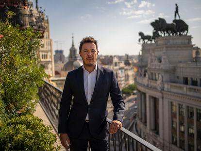 El consultor de turismo de lujo Fabián González posa en la terraza del hotel Four Seasons en Madrid. ANDREA COMAS