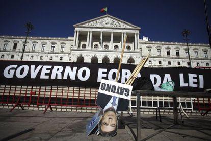 Carteles contra el Gobierno en el Parlamento de Portugal