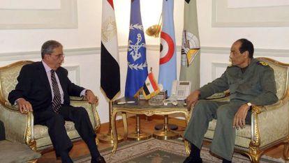 El jefe de la Junta Militar de Egipto (derecha) recibe al ex secretario general de la Liga Árabe Amr Mussa.