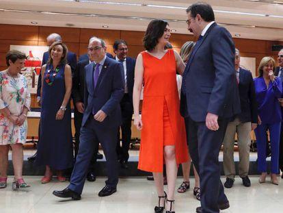 La ministra Montón charla con el consejero de Sanidad de Castilla-La Mancha. En vídeo, declaraciones de Carmen Montón, ministra de Sanidad.
