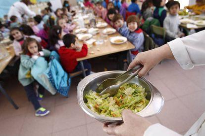 """Varios alumnos en el comedor escolar del colegio público """"Antonio Buero Vallejo"""""""