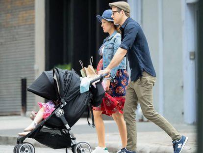 Blake Lively y Ryan Reynolds pasean con sus dos hijas por Nueva York, el 19 de junio de 2019.