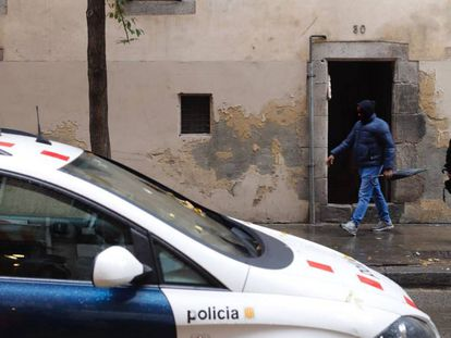 El número 30 de la calle de Riera Alta, del Raval, donde fue asesinada una mujer.